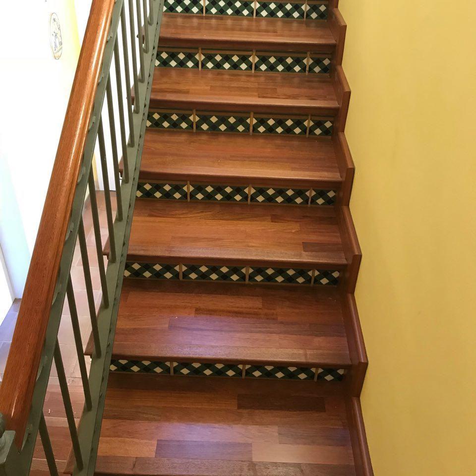 Escalera en parquet contrahuella ceramica