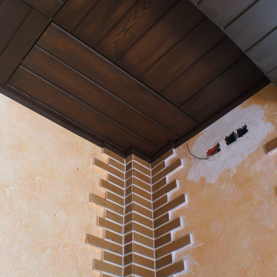 Panel de poliuretano imitación madera machihembrada, color oscuro
