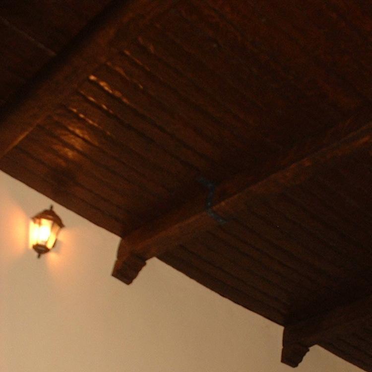 Panel de poliuretano imitación madera machihembrada rústica, color oscuro